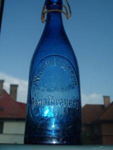Zajímavá pivní láhev – kobaltové zbarvení